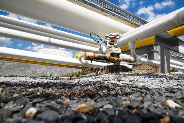 Vazamento de óleo do tubo e válvula flui para o solo.