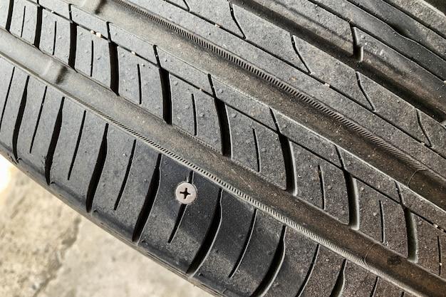 Vazamento do pneu devido à porca de punção. é um motivo muito comum para a construção de estradas.