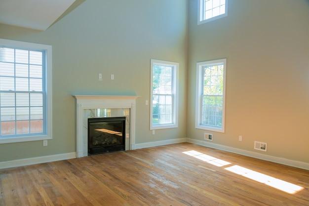 Vazia espaçosa sala de estar com lareira novo apartamento