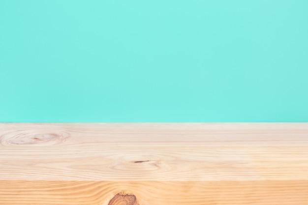 Vazio de tampo de mesa de madeira em fundo azul pastel