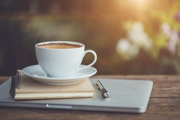 Vazio de xícara de café de cerâmica branca na mesa de madeira