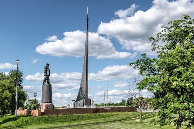 Vdnh o museu de cosmonáutica e o monumento a sergei korolev moscou rússia