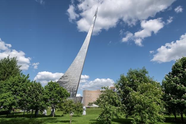 Vdnh o museu de cosmonáutica foguete nas árvores rússia moscou