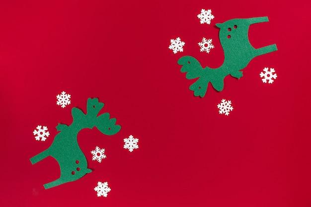 Veado de bandeira de natal, flocos de neve em fundo vermelho com espaço de cópia