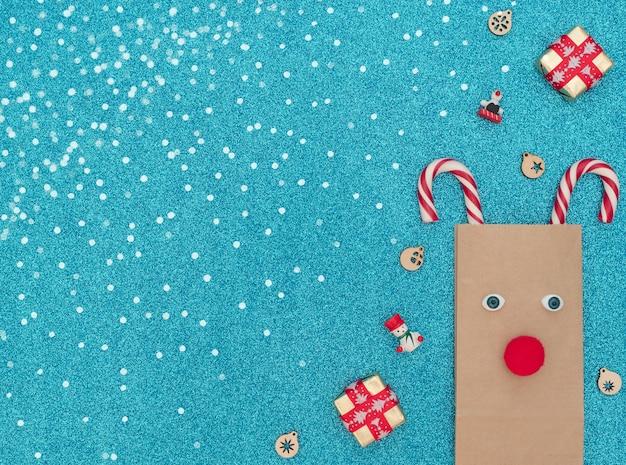 Veado de natal feito de bolsa artesanal e bengalas de natal com caixas de presente