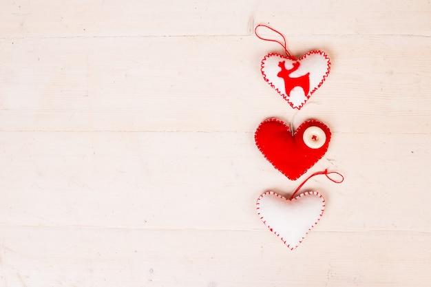 Veado e coração de feltro branco
