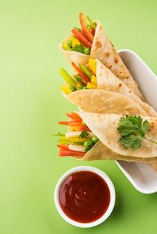Veg spring roll or wrap também conhecido como franky, feito com paneer e vegetais recheados dentro de chapati ou roti. acompanha ketchup de tomate. foco seletivo