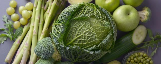 Vegetais: aspargos, pepino, manjericão, ervilhas, abacate, brócolis, limão, maçãs, uvas, brócolis.