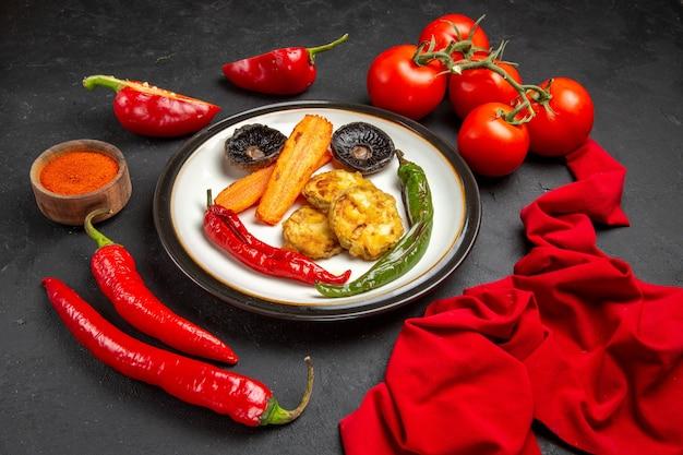 Vegetais assados prato de vegetais assados tomates especiarias pimentões