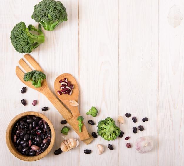 Vegetais, brócolis, alho e feijão vermelho