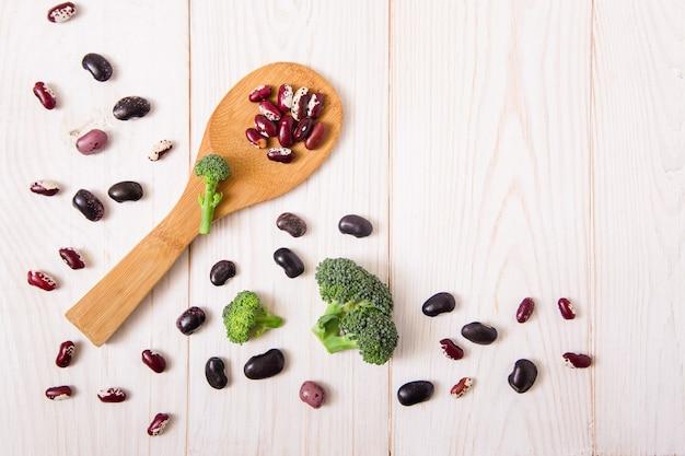 Vegetais, brócolis e feijão vermelho