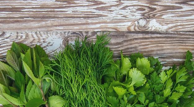Vegetais caseiros diferentes no fundo de madeira branco. foco seletivo.
