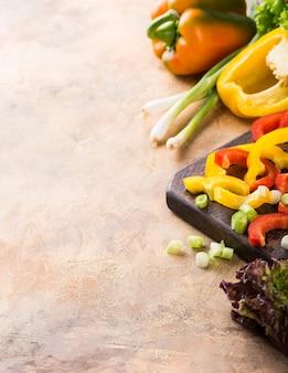 Vegetais coloridos crus frescos orgânicos. conceito de fundo de comida saudável. copie o espaço.