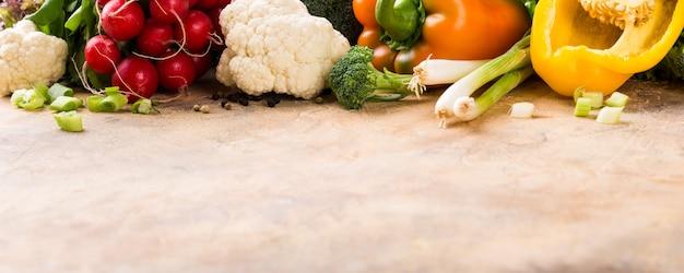 Vegetais coloridos crus frescos orgânicos.