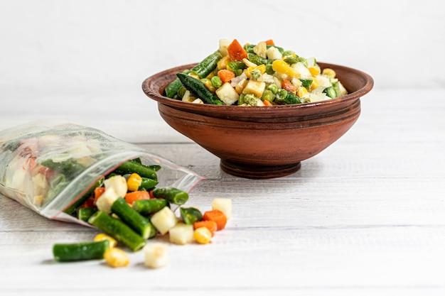 Vegetais congelados. mistura vegetal congelada de cenoura, milho e ervilhas, aipo e milho.