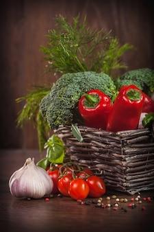 Vegetais crus em cesta de vime