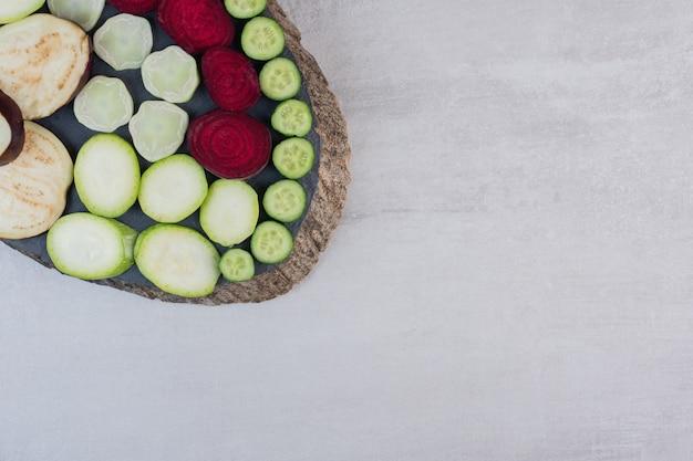 Vegetais crus fatiados frescos na peça de madeira. foto de alta qualidade