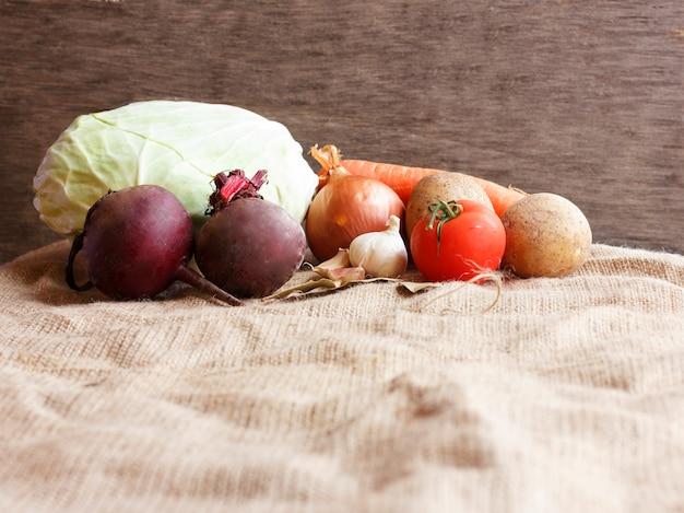 Vegetais crus para o borscht da sopa da beterraba.