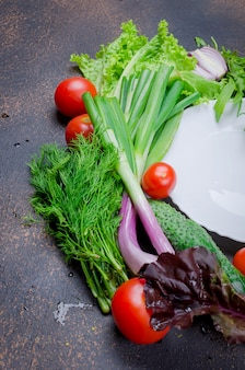 Vegetais crus para salada ao redor do prato