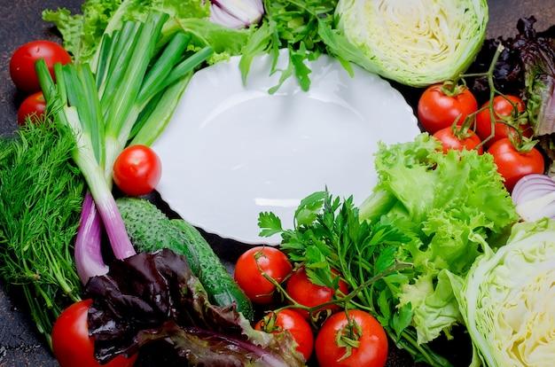 Vegetais crus para salada em torno de chapa