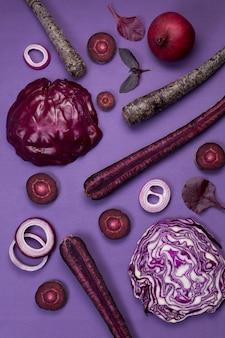 Vegetais crus violetas em um roxo.