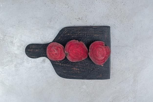 Vegetais de beterraba fresca cortados em uma placa escura. foto de alta qualidade