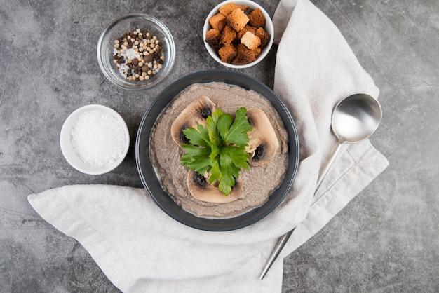 Vegetais de cogumelos creme de sopa e pano