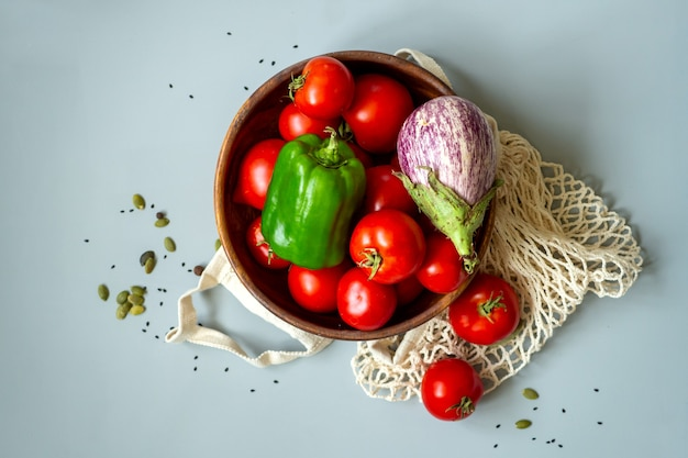 Vegetais de comida saudável em fundo cinza. mercearia em sacos têxteis reciclados. estilo de vida de baixo desperdício livre de plástico ecológico. conceito de armazenamento e compras de bio resíduos zero.