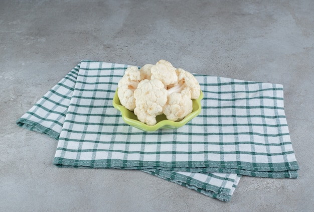 Vegetais de couve-flor crus frescos em uma toalha de mesa. foto de alta qualidade