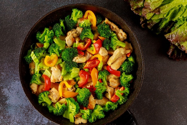 Vegetais de nutrição saudável na frigideira ou frigideira. conceito de dieta ceto.