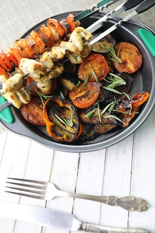 Vegetais de verão grelhados, berinjela frita e tomate