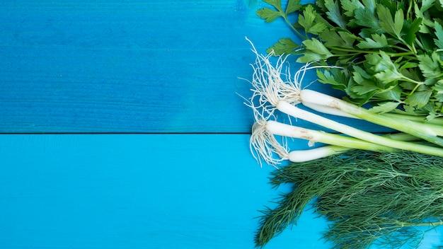 Vegetais de vista superior em fundo azul