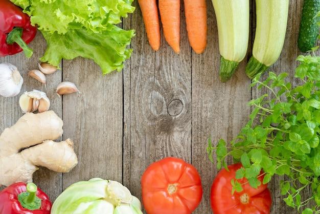 Vegetais diferentes em uma mesa de madeira.