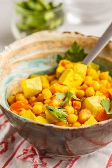 Vegetais do grão-de-bico do vegetariano com leite e coentro de coco.