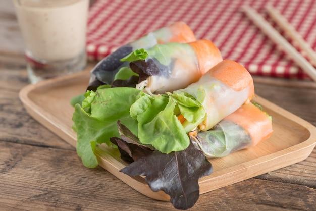 Vegetais do rolo da salada com molho da salada. comida saudável.