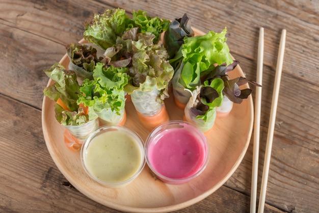 Vegetais do rolo da salada com molho de salada dois. comida saudável, vista superior.