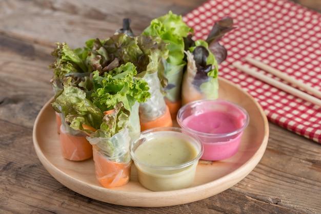 Vegetais do rolo da salada com molho de salada dois. comida saudável.