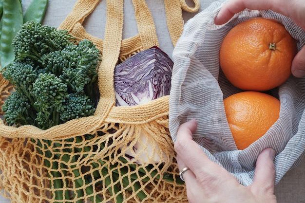 Vegetais e frutas em sacola reutilizável, eco living e conceito de desperdício zero