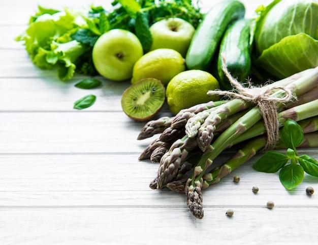 Vegetais e frutas isoladas em branco