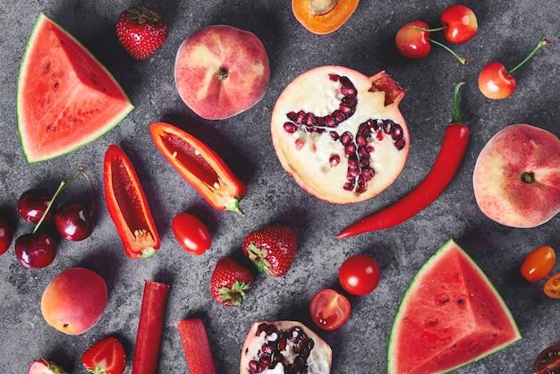 Vegetais e frutas vermelhas no cinza