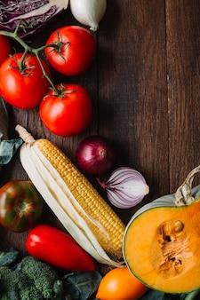 Vegetais e tomates na cópia de madeira espaço fundo
