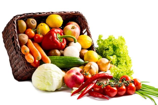 Vegetais em uma cesta isolada no branco