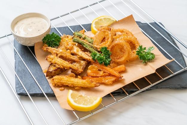 Vegetais fritos mistos (cebola, cenoura, milho bebê, abóbora) ou tempura - estilo de comida vegetariana
