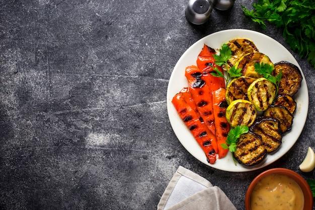 Vegetais grelhados. comida vegetariana de verão