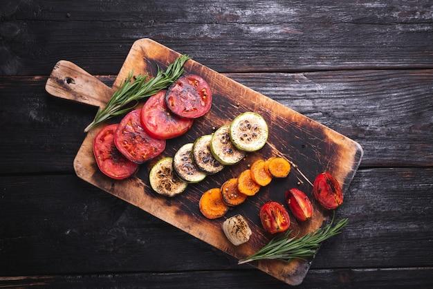 Vegetais grelhados, pratos deliciosos e perfumados para vegetarianos. comida saudável