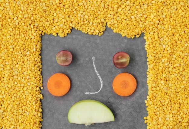 Vegetais infelizes rosto no fundo preto