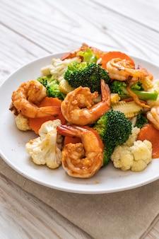 Vegetais misturados fritos com camarão