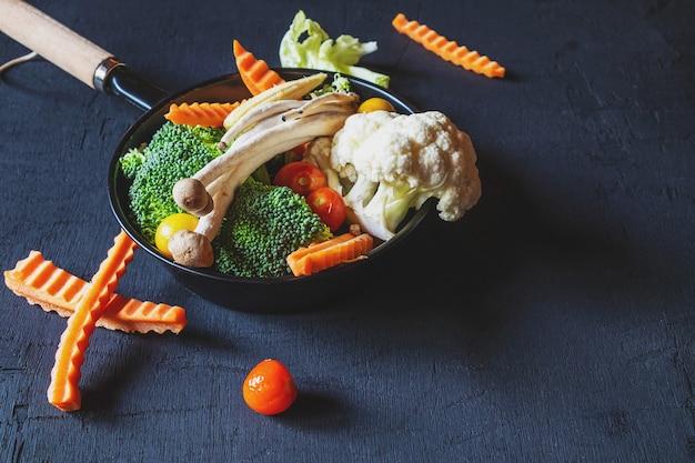 Vegetais misturados para a saúde na mesa