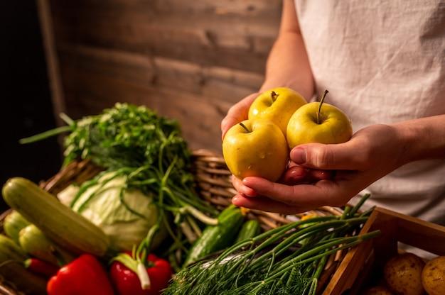 Vegetais orgânicos agricultores mãos com maçãs recém-colhidas maçãs orgânicas frescas mercado de frutas e vegetais