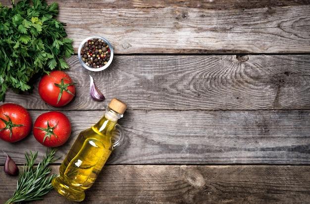 Vegetais orgânicos crus com ingredientes frescos para cozinhar de forma saudável em fundo vintage, vista superior, banner. conceito de comida vegetariana ou dieta. layout de fundo com espaço de texto livre.